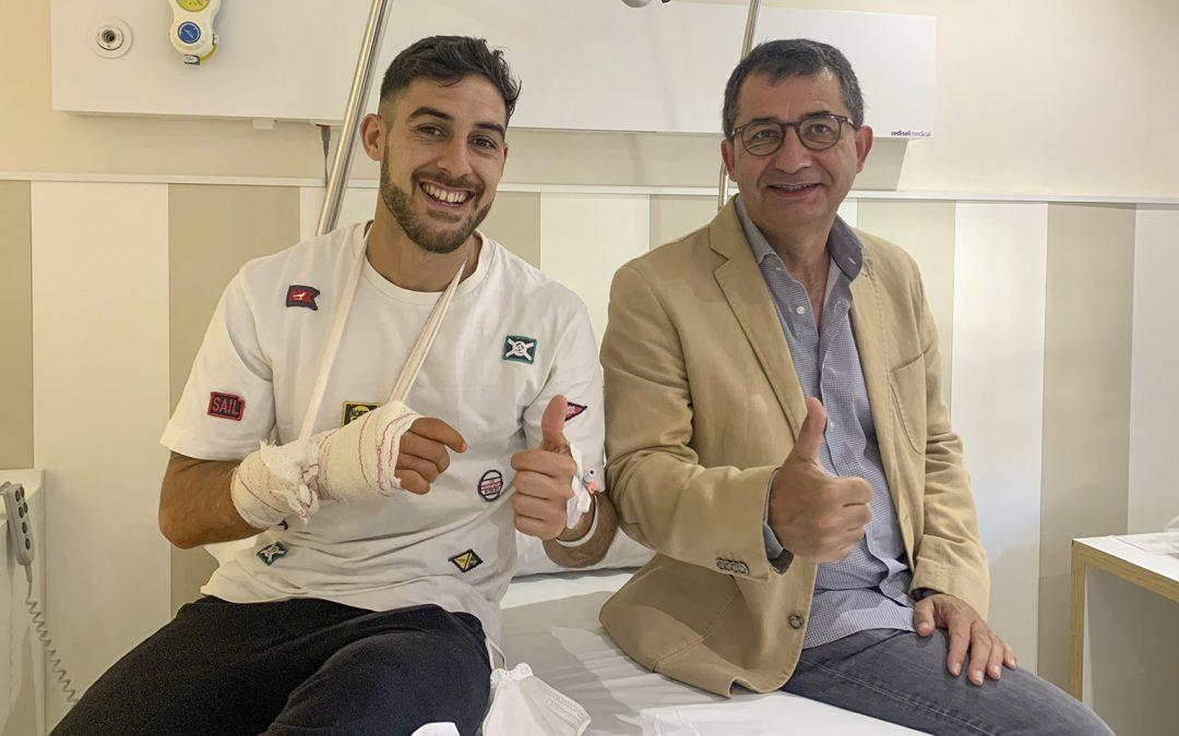 El jugador del FC Barcelona, Adolfo Fernández, intervenido con éxito por los doctores Font y Domínguez